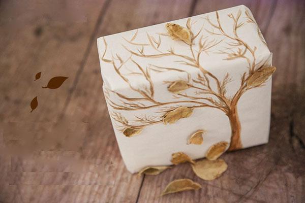 Cách gói quà đẹp bằng cách trang trí bằng lá khô.