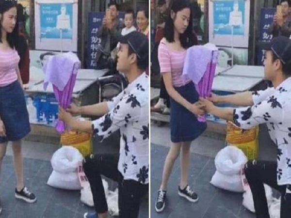 Cầu hôn bạn gái bằng cóc ghẻ