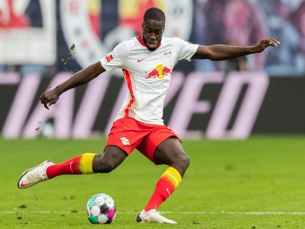 Bóng đá QT chiều 17/2: Upamecano trở thành trò cười cho fan MU, Liverpool